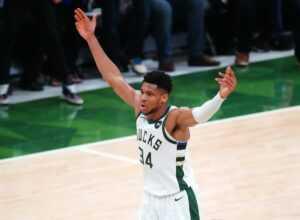 Giannis Antetokounmpo canalise Kobe Bryant avant la bataille des Mega Brooklyn Nets lors de la soirée d'ouverture de la NBA
